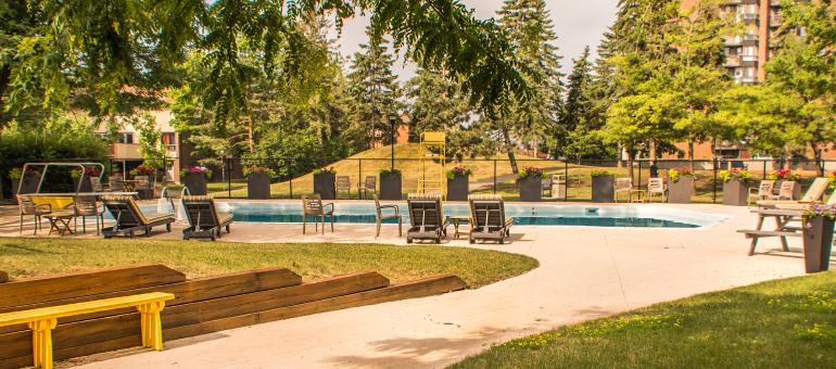 Pool at the Navaho Apartments for rent