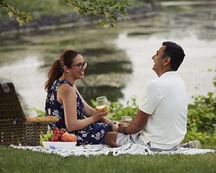 Couple having a picnic in Arcadia Kanata
