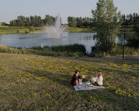 Family having a picnic in Avalon Orléans